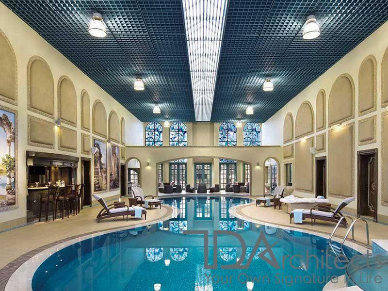 Bể bơi bên trong tăng tính sang trọng cho căn biệt thự