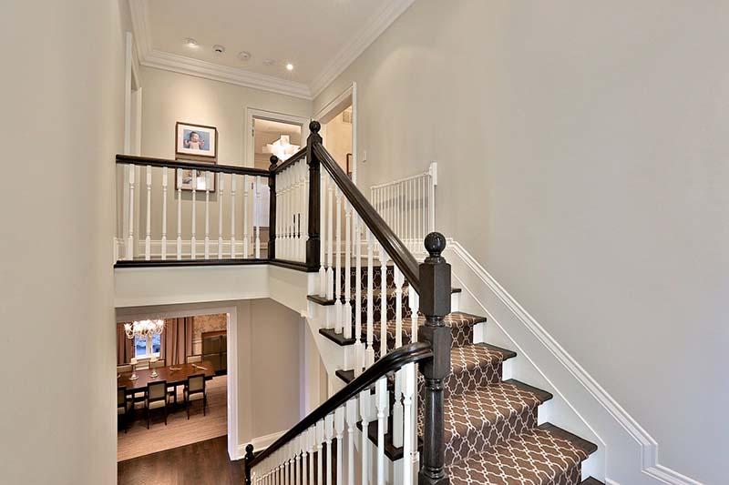 Cầu thang tầng 2 biệt thự
